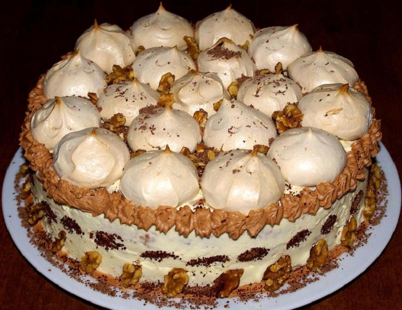 Сочетание нежного безе, легкого белкового и нежного сливочного крема, характерная неровная поверхность - все это торт под названием «Графские развалины».