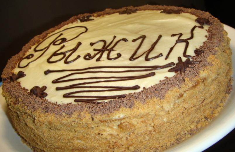 Торт «Рыжик» имеет обворожительный аромат, так как включает в себя не только нежную сметанную прослойку, но и мед.
