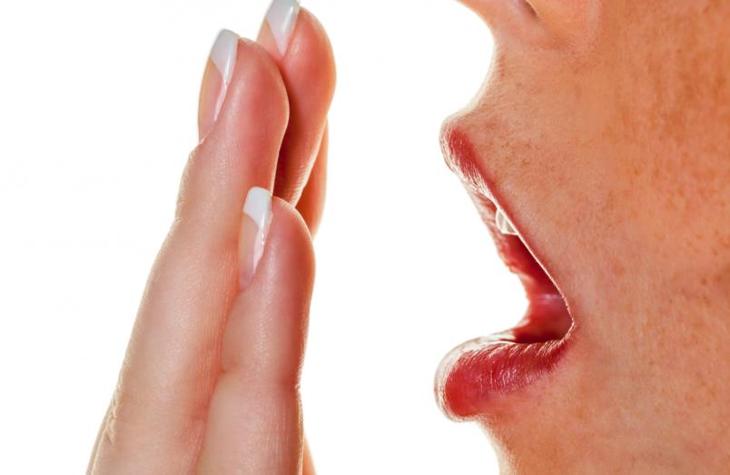 причина неприятного запаха изо рта утром