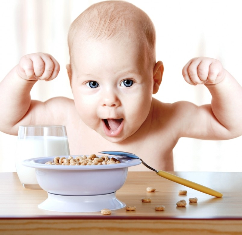 Чтобы ребенок развивался по нормам и правилам, в его режиме должен присутствовать сбалансированный рацион.