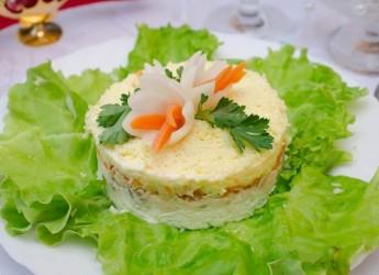 """""""Нежность"""" один из самых популярных салатов с курицей. Он отлично подойдет как для праздничного стола, так и для повседневного ужина."""