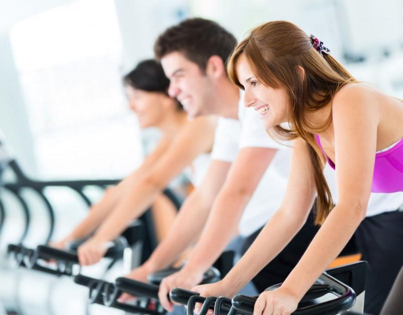 Выполнение упражнений на тренажерах должно сочетаться с потреблением большого количества воды.
