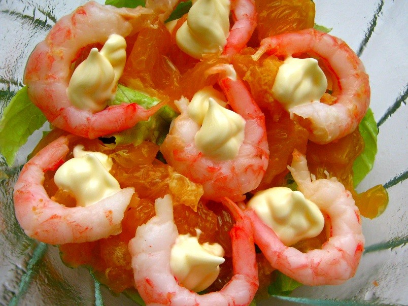 Легкий салат с креветками на навредит фигуре и вполне может сойти за диетический.