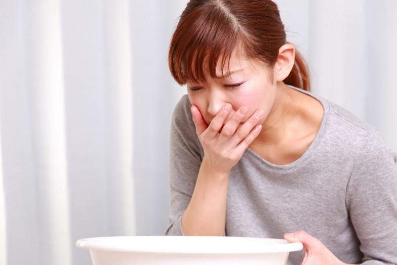 Лечение пищевого отравления можно осуществлять и с помощью активированного угля.