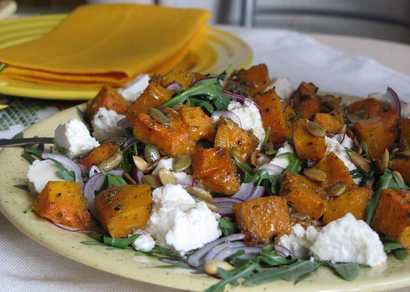 Для пикантности в салат можно добавить кедровые орешки.