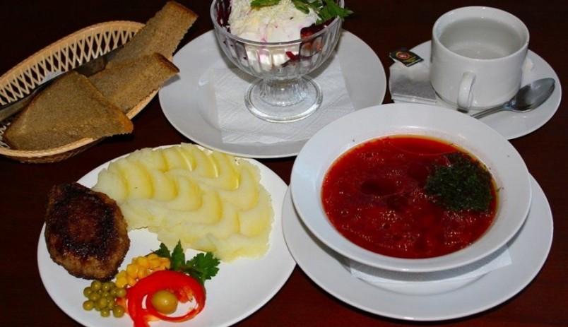Обед обязательно должен включать первое блюдо, а также второе и салат.