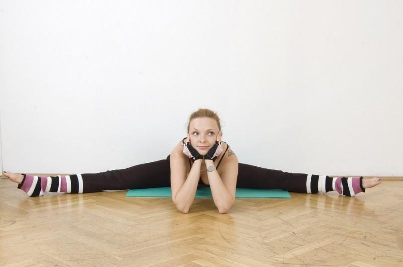 Упражнения для шпагата улучшают циркуляцию крови и готовят тело к дальнейшим нагрузкам.