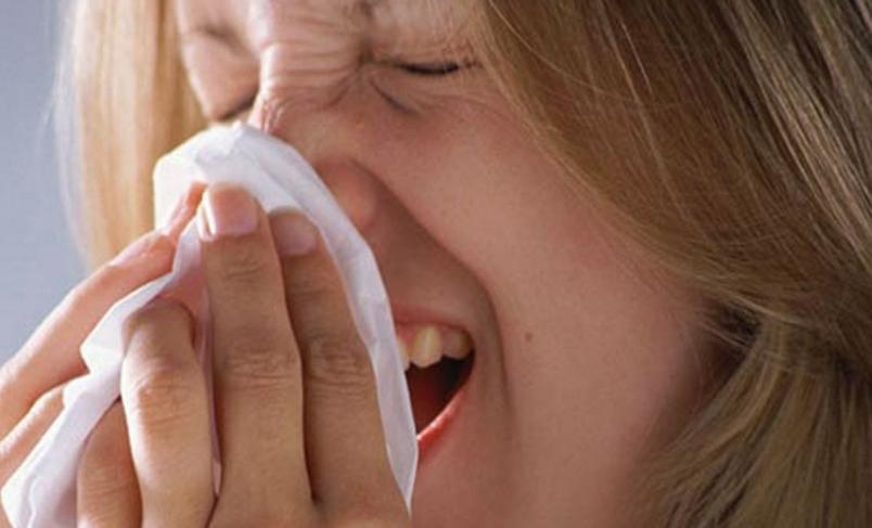 Насморк - недуг, который легко поддается лечению народными методами, без применения лекарств.