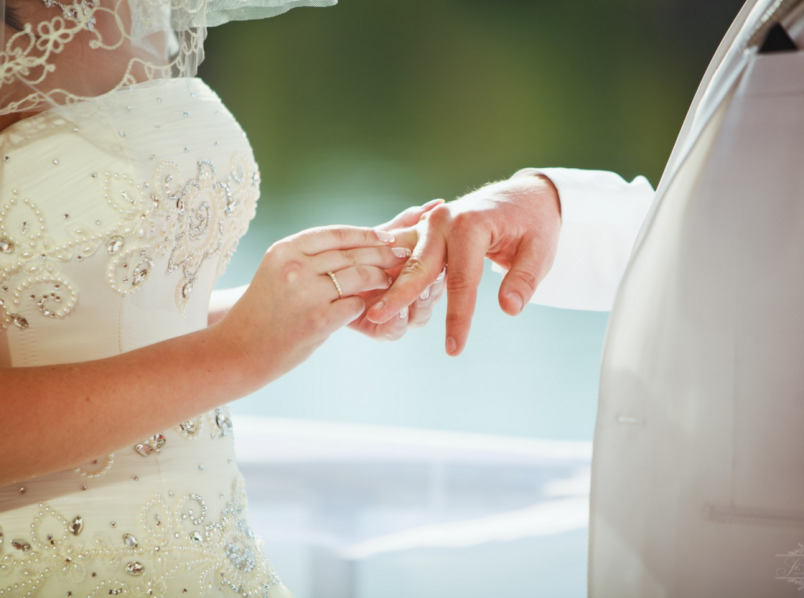 По старорусской традиции в високосный год нельзя было устраивать девичники. А чтобы сбить с толку разную нечесть свататься ходила невеста.