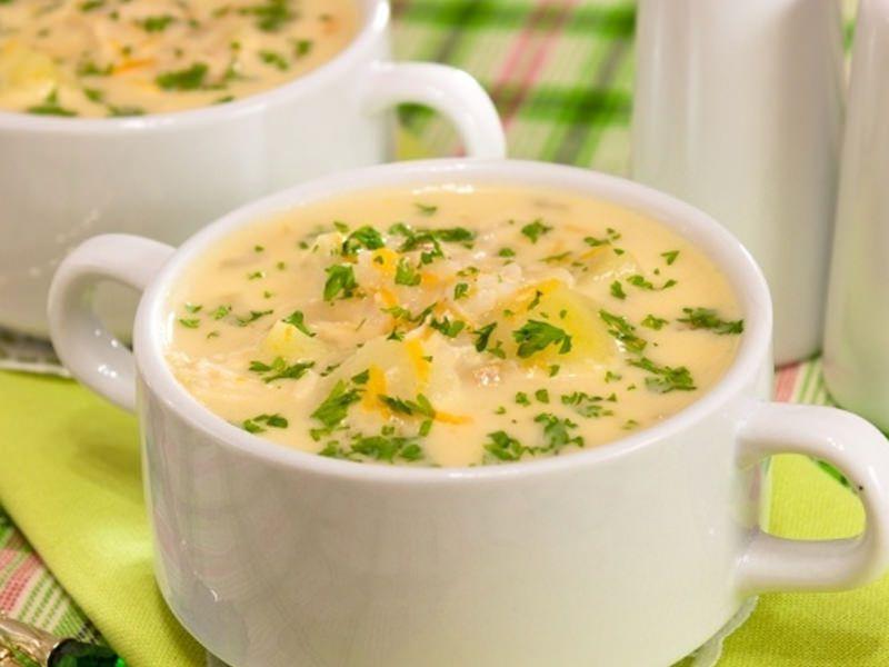 Суп-пюре лучше всего подавать на стол сразу же после приготовления, но если по какой-либо причине это сделать невозможно, кастрюлю с супом нужно поставить на водяную баню.