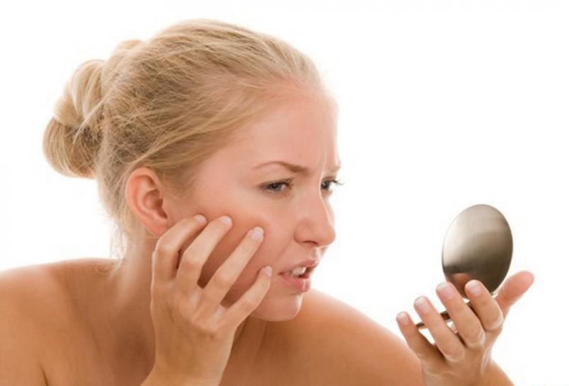 Обычно черные точки появляются на носу – избавиться от них навсегда невозможно, но регулярное очищение и сужение пор поможет уменьшить их появление, кожа будет выглядеть здоровой и цвет лица улучшится.