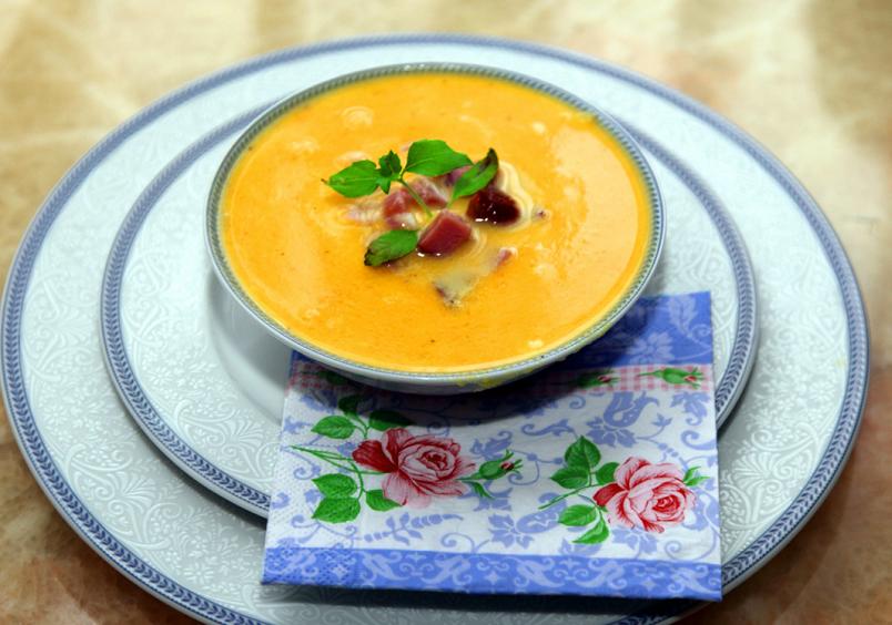 Классическое сочетание супа пюре из тыквы со сливками сделает блюдо более нежным.