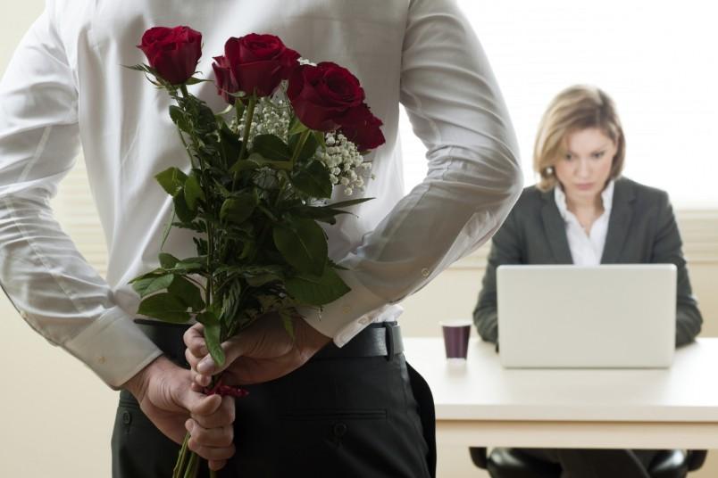 Выбрать красивое и уместное поздравление для начальника, особенно если он женского пола, достаточно непросто, главное - придерживаться официальной формы, не допускать двусмысленностей и намеков.