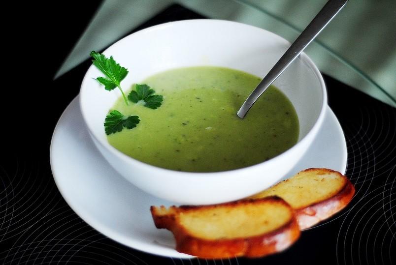 Суп пюре из брокколи можно включать в любую диету. Он богат витаминами и почти не содержит калорий.