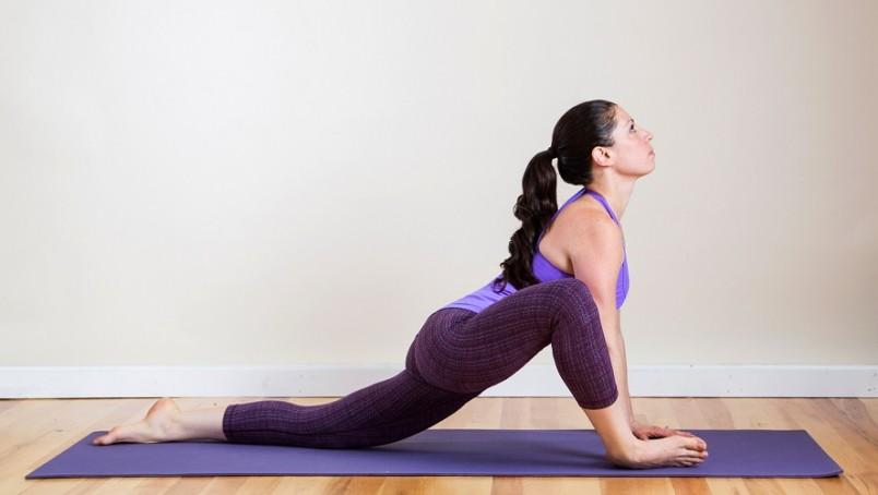 Упражнение для шпагата удобно делать на паркете, ламинате или линолеуме – так ноги лучше скользят.
