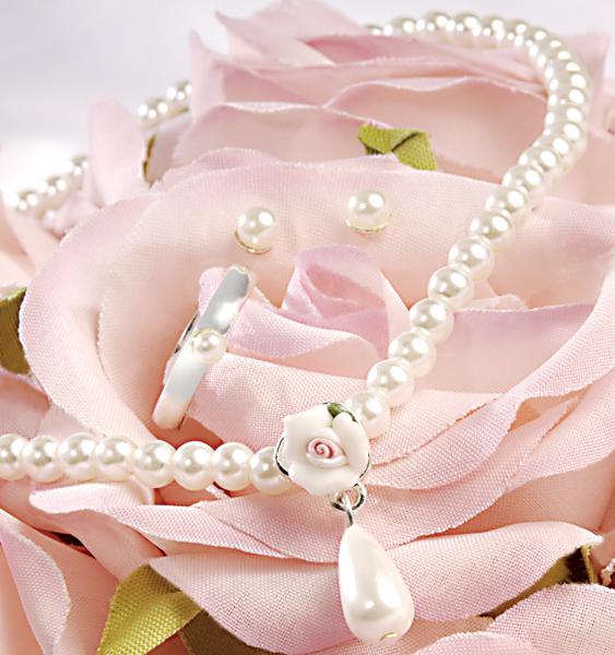 По традиции муж должен подарить жене на 30 летний свадебный юбилей украшение из жемчуга.