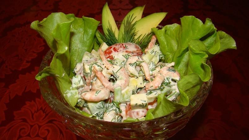 Для салатов можно использовать не только вареные креветки, но и консервированные или жаренные.