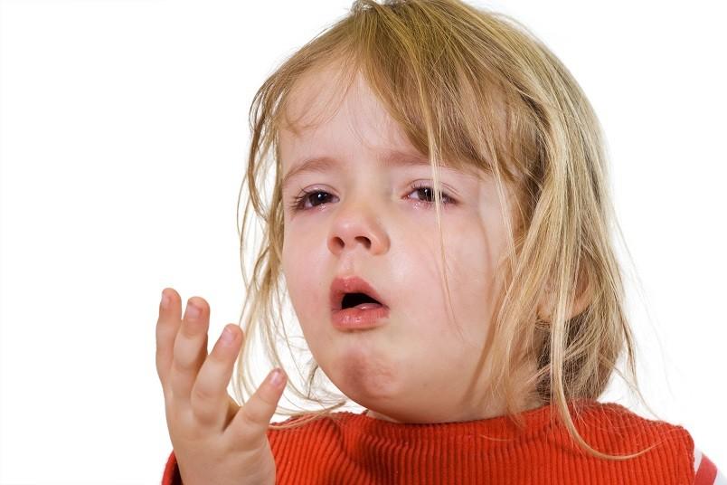 Чаще всего причиной появления сухого кашля является простуда, при которой вирусная инфекция поражает легкие вашего малыша.