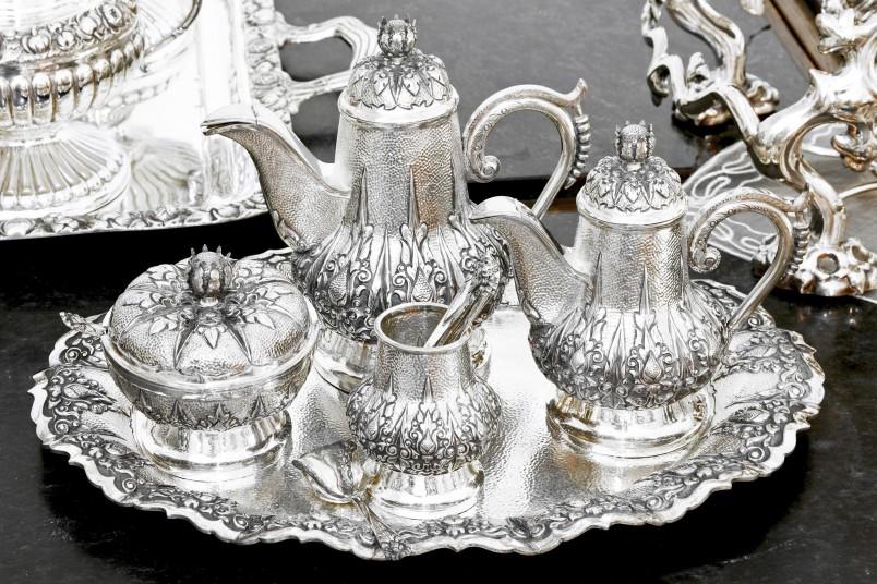 Пусть столовое серебро на серебряную свадьбу и считается стандартным подарком, зато он практичный. Что тоже немало важно.
