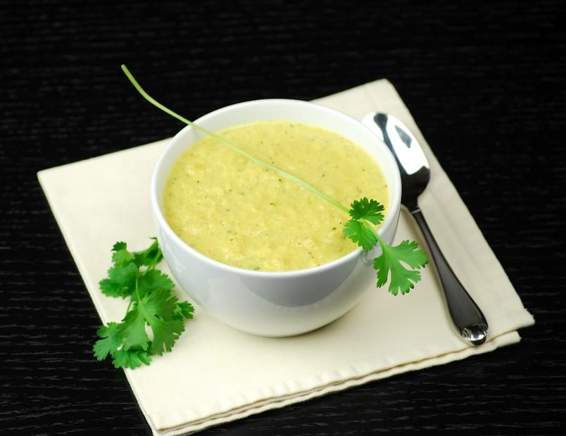Суп из брокколи с сыром покорит ваших домочадцев своим нежным вкусом.