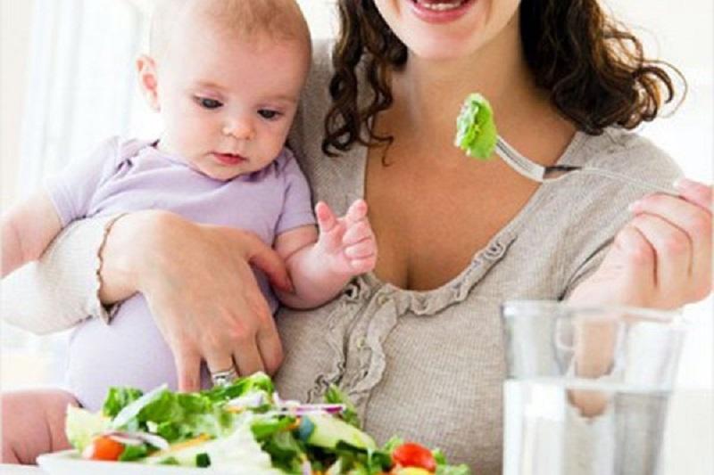 Качество грудного молока зависит от питания кормящей мамы.