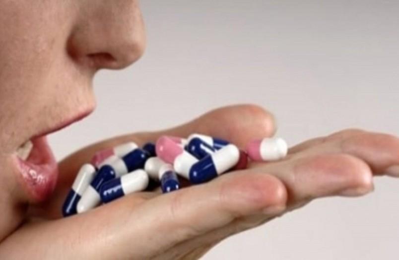Не всегда пищевое отравление лечиться антибиотиками. Без назначения врача вообще антибиотики принимать не стоит.
