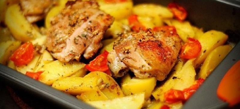 Курица с картошкой в духовке легкое, но тем не менее сытное блюдо.