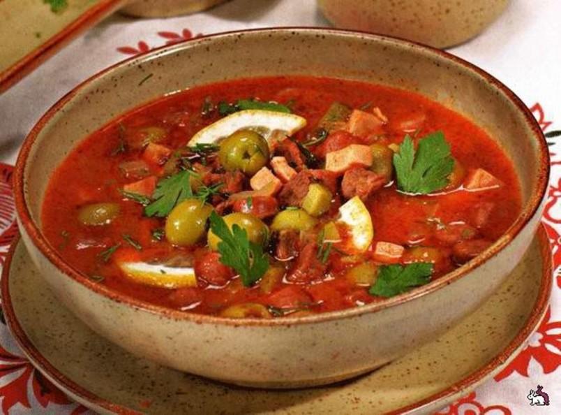 Чтобы солянка была по настоящему вкусной для бульона рекомендуется использовать несколько видов мяса.
