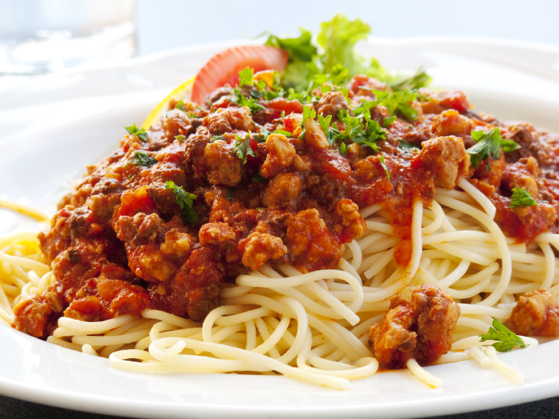 Спагетти под соусом Болоньезе традиционное блюдо итальянской кухни любимое во всех уголках мира.