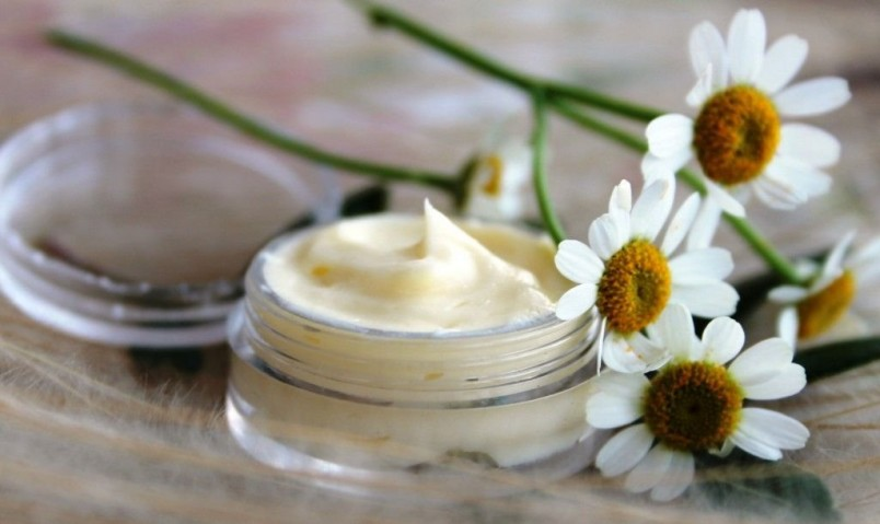 С помощью натуральной домашней косметики можно полноценно ухаживать за кожей лица, тела и за волосами.
