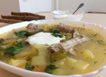 Рассольник – это суп безоговорочно любимый многими мужчинами, да и вообще почитателей у него немало.