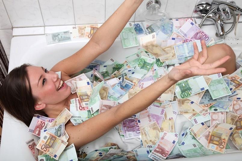 Купание в деньгах позволяет зарядить денежные купюры своей энергетикой.