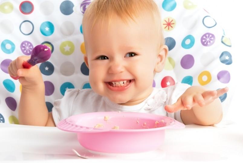 Каждый месяц с момента введения прикорма режим питания изменяется, меню ребенка пополняется новыми продуктами.