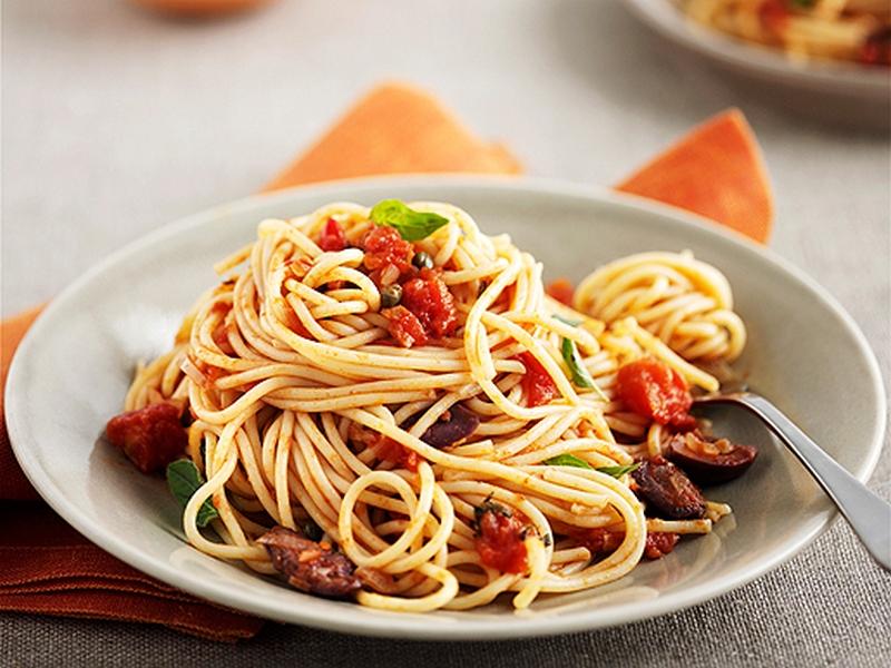 Спагетти с соусом из баклажанов получаются не менее вкусными и сытными. чем с мясом.