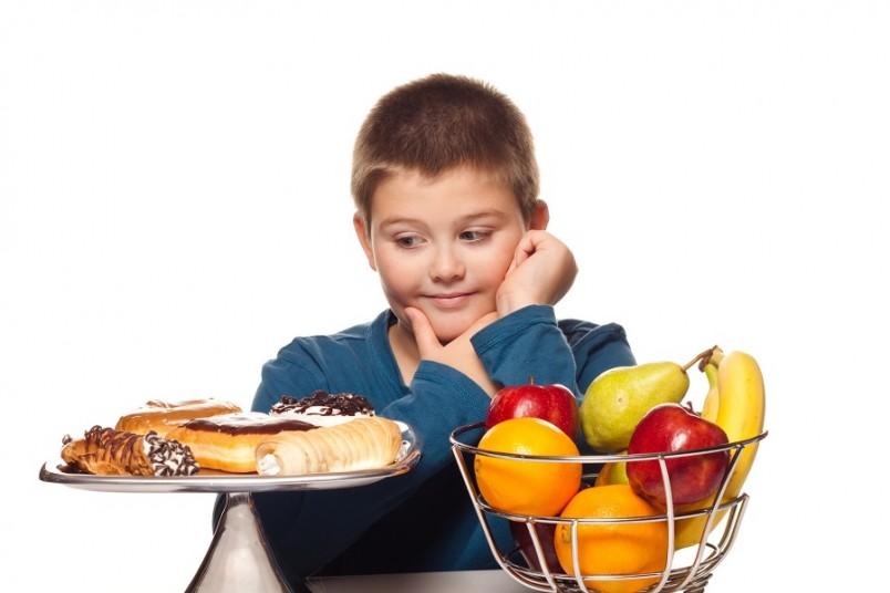 В меню школьника обязательно должны входить продукты, содержащие не только белки, жиры и углеводы, но и незаменимые аминокислоты, витамины, некоторые жирные кислоты, минералы и микроэлементы.