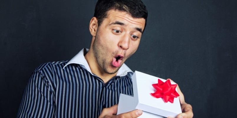 Делая подарок любимому мужу на годовщину свадьбы, не забывайте о том, что вы должны не просто преподнести ему полезную или памятную вещь, но и продемонстрировать свою заботу и любовь.