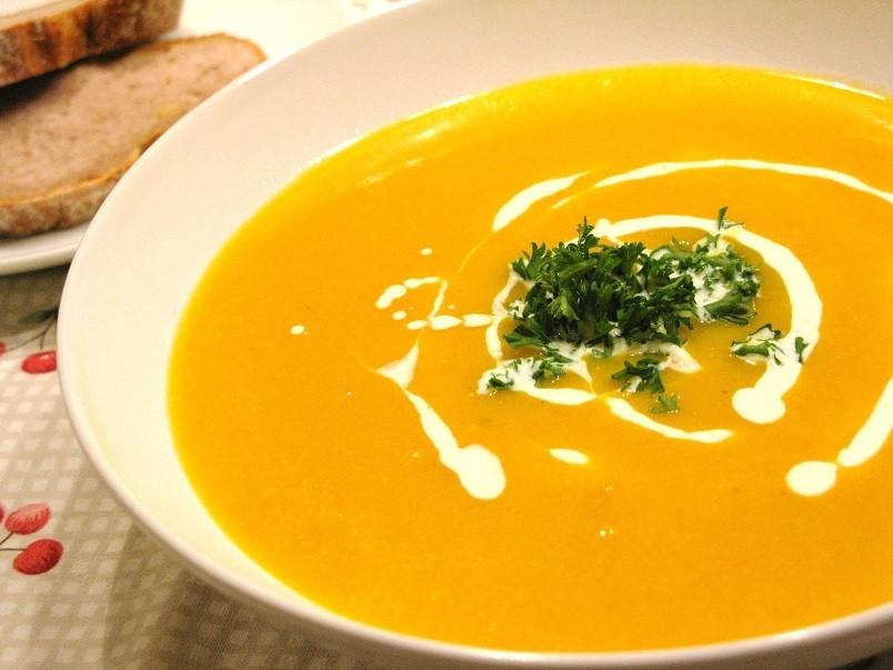Суп из тыквы может быть как на мясном бульоне, так и на овощном.