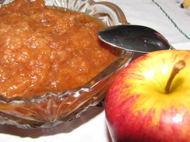 Яблочное повидло – это незаменимый ингредиент домашней выпечки, так как именно оно отличается своей густой консистенцией и не растекается в случае его использования в качестве начинки.