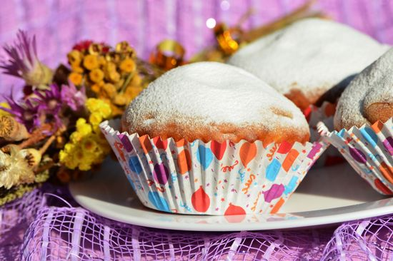 Готовые маффины посыпаем сахарной пудрой и можно пробовать.