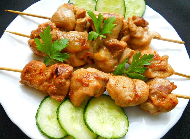 Даже находясь на диете, вы можете побаловать себя шашлычком из курицы.