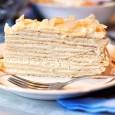 сметанковый торт украшенный орешками