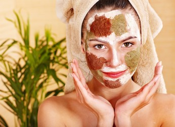 Одна из эффективных очищающих от черных точек масок для лица – маска из косметической глины.