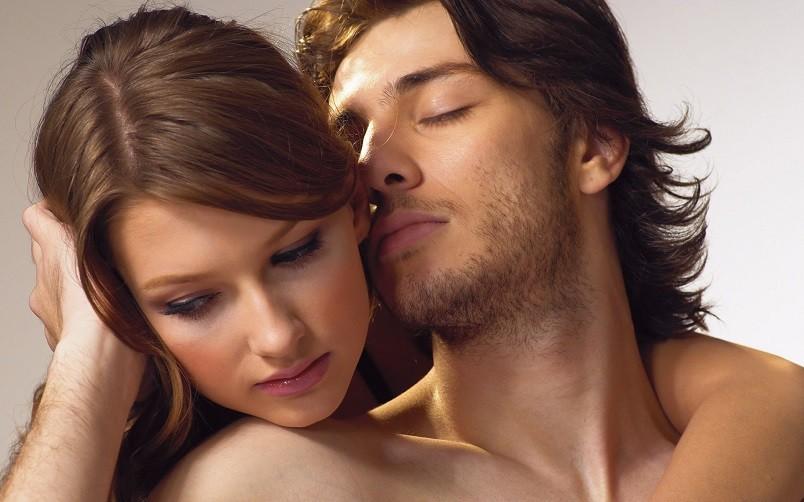 Чтобы пробудить в мужчине самца, нужно привлечь его внимание.