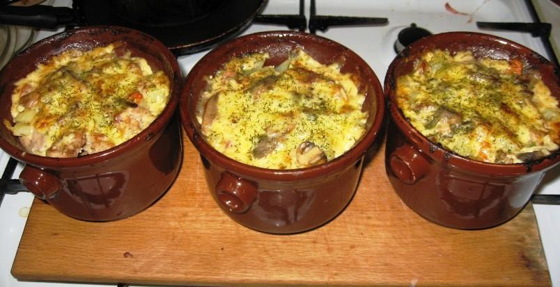 Курица с картошкой в горшочках восхитительное блюдо как для праздничного стола, так и для семейного ужина.
