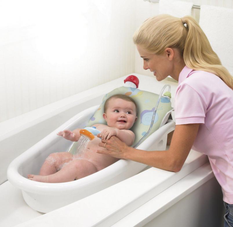 Основные причины опрелости у новорожденных зависят от самих родителей. Например, несоблюдение гигиены новорожденного или частое ношение памперсов.