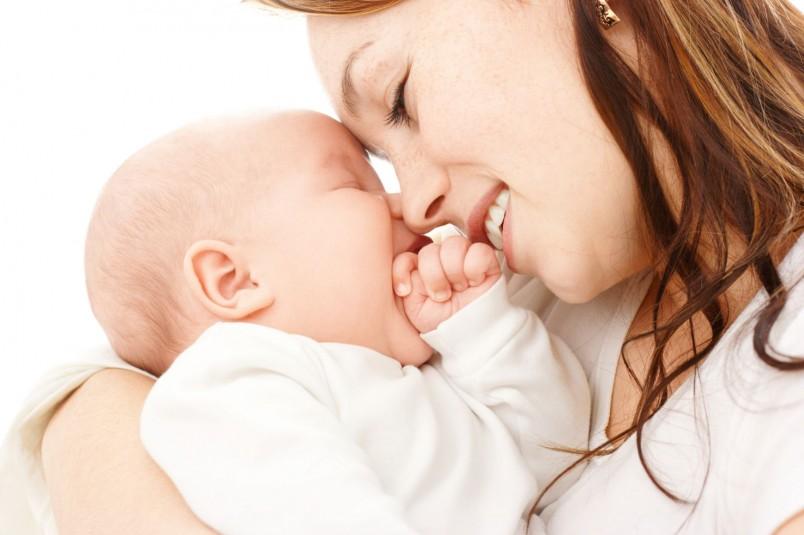 Узнавание лиц родителей тоже приходит в 1 месяц жизни.