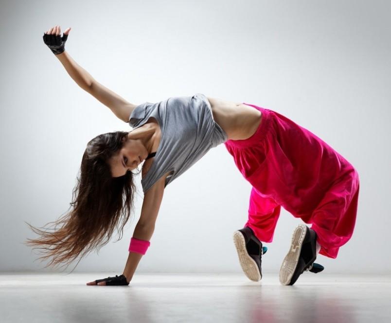 Для того чтобы научиться красиво танцевать не обязательно посещать специальные кружки, вы сможете самостоятельно учиться этому искусству.