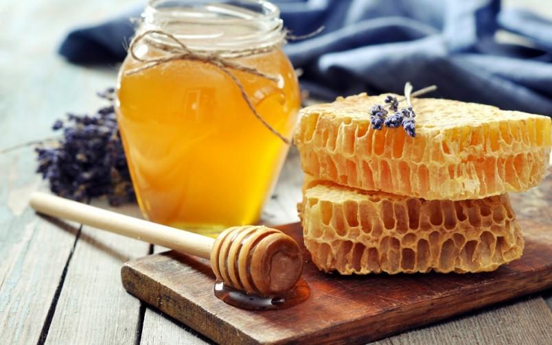 Для того чтобы отличить натуральный мед от подделки, вам необходимо попробовать его. Натуральный мед будет сладким и отдавать легким травяным вкусом.