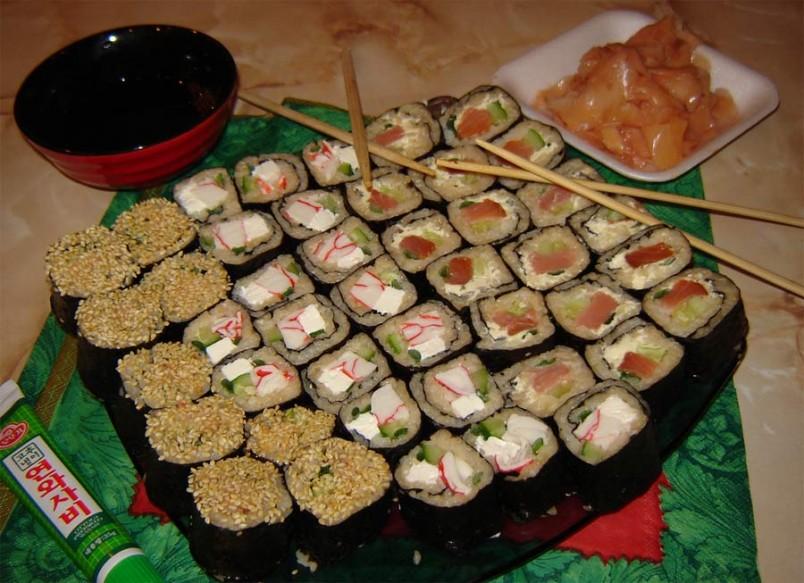 Для начинки ролл вы можете использовать любые морепродукты, например, красную рыбу, красную икру, крабовые палочки и многое другое.