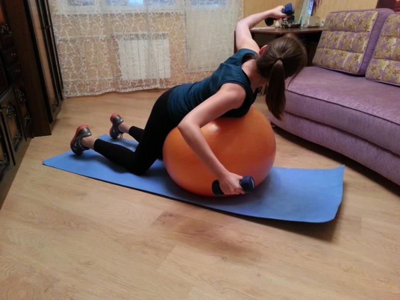 Выполнять упражнения можно и с помощью фитнес бола. Подобные занятия еще более эффективней влияют на мышцы вашей спины.